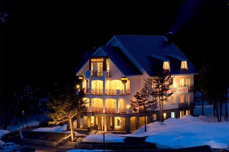 Отель Балкария ночью